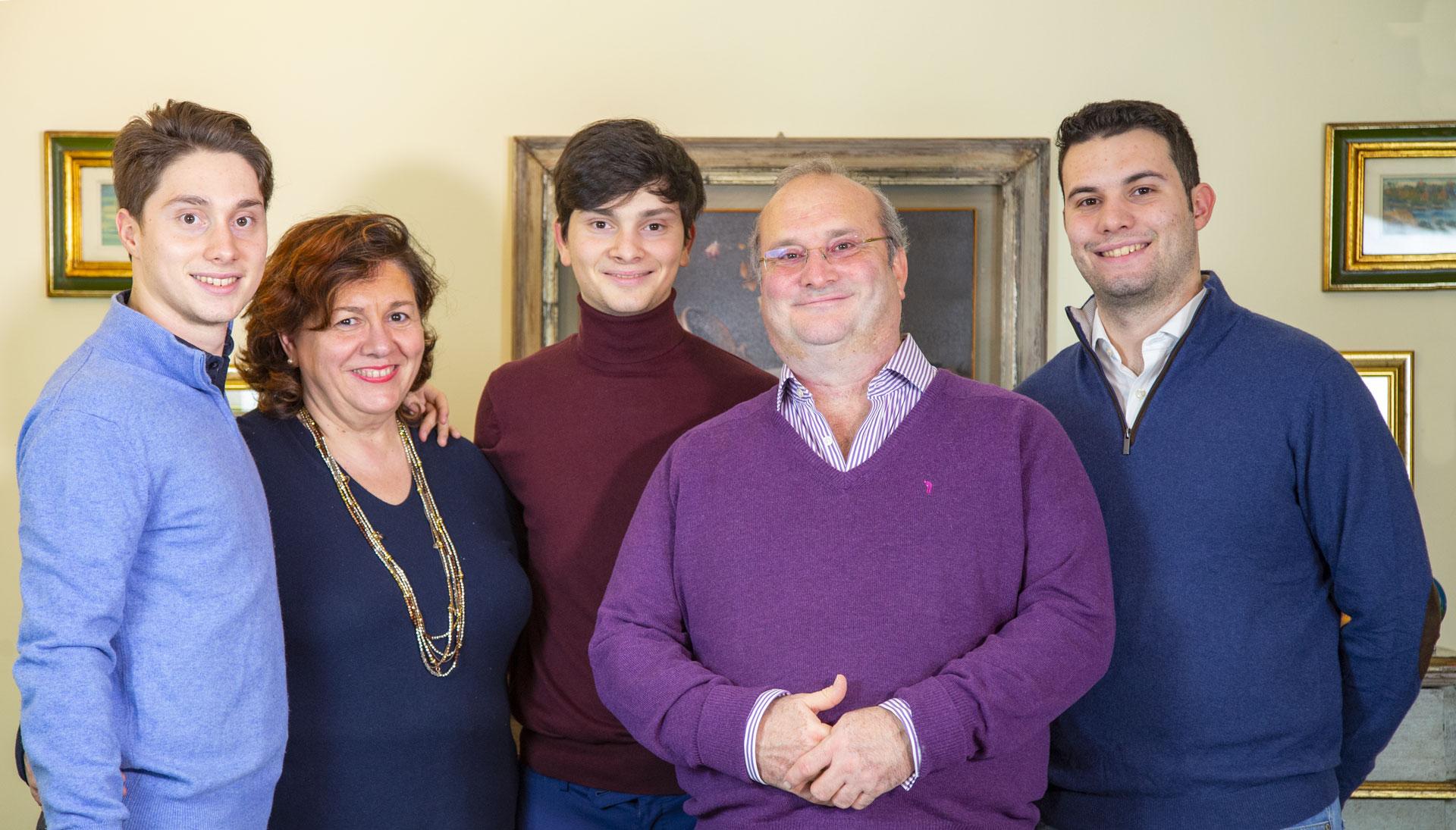 La famiglia Ciatti de La Fornace de' Medici. Una famiglia felice, Guido e Tiziana sono sposati oramai da molti anni e si lasciano abbracciare dai tre figli; Marco, il più grande del 1997, Lorenzo il figlio di mezzo ed infine Fabrizio, il piccolo di casa.