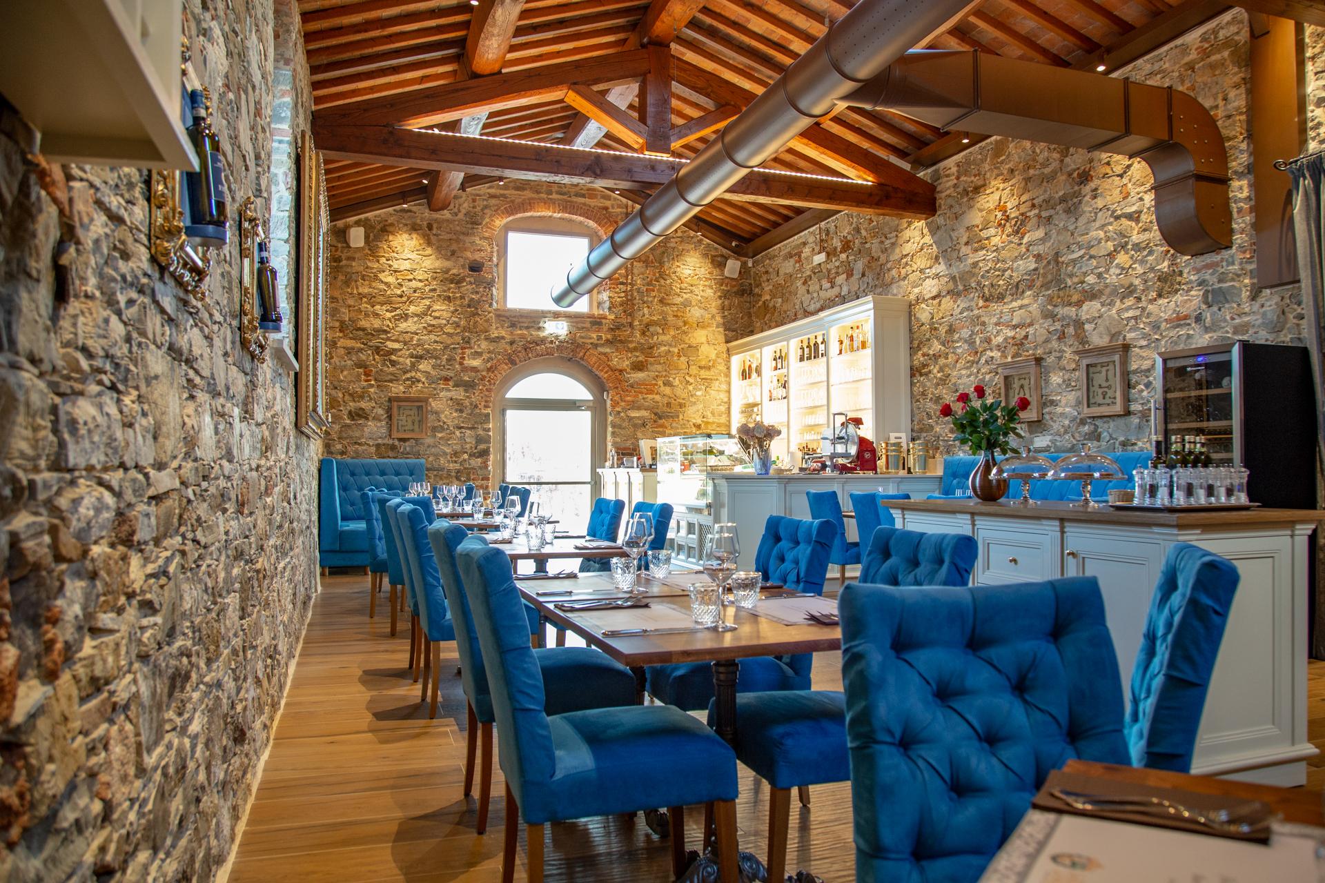 Punto di ristoro La Fornace de' Medici, Mugello. L'ampia sala del locale vi stupirà grazie al profumo della pietra antica. Fiori, pietra, velluto e materie prime per ogni palato. Vi aspettiamo a La Fornace de' Medici.